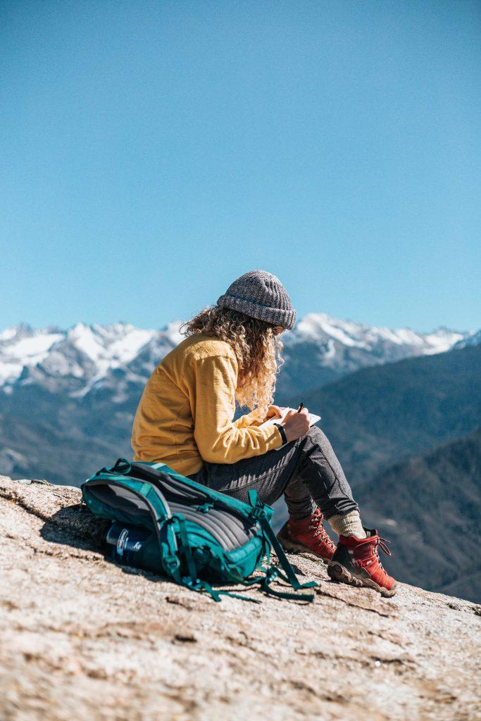 Une femme planifiant son itinéraire de randonnée