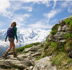 femme qui fait de la randonnée en montagne