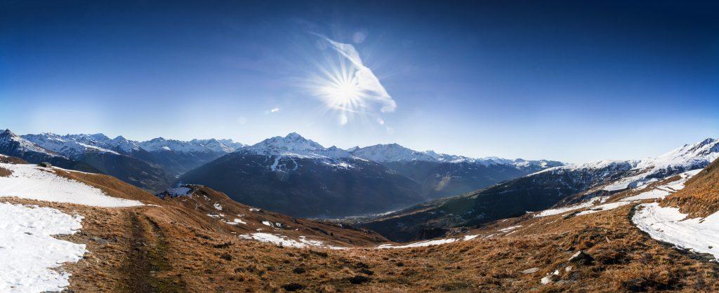 Vue panoramique d'une montagne enneigée sous un ciel bleu