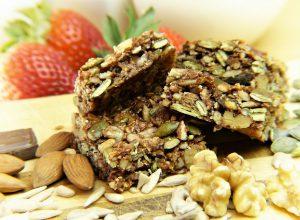 barres de céréales et graines fraises en arrière plan
