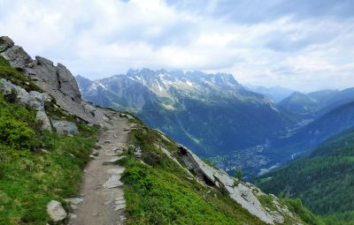 Sentier de montagne et massif montagneux en arrière-plan